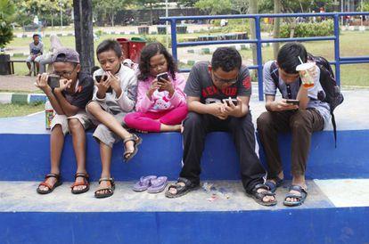Niños con sus móviles en Oreo Park, Bogor (Isla de Java), en Indonesia.