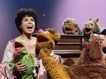 La actriz y cantante Lena Horne visita 'El Show de los Teleñecos' en 1976.