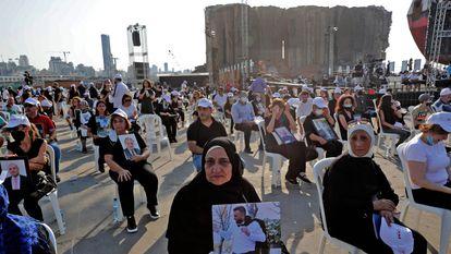 Familiares de víctimas de la explosión, en una ceremonia multiconfesional, el miércoles en el puerto de Beirut.