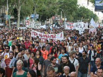 Más de 7.000 indignados marchan en Barcelona contra los recortes