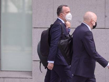 Francisco Martínez, ex secretario de Estado de Seguridad (centro), a su llegada este lunes a la Audiencia Nacional para declarar como imputado en el 'caso Kitchen'.