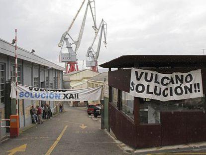 Entrada del astillero Vulcano con pancartas de los trabajadores. / LALO R. VILLAR
