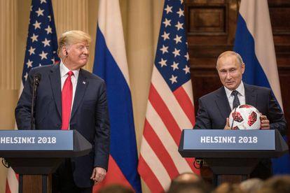 Vladímir Putin, con un balón de fútbol del Campeonato Mundual, junto a Donald Trump el pasado lunes 16 de julio.