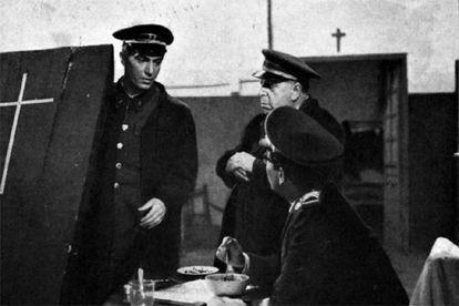 Nino Manfredi, a la izquierda, en <b><i>El verdugo, </i></b><b>película dirigida por </b><b>Luis García Berlanga con guión de Rafael Azcona
