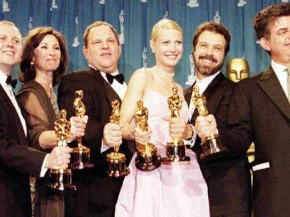 Harvey Weinstein (tercero por la izquierda, al lado de Gwyneth Paltrow) con el equipo de 'Shakespeare in love' en los Oscar de 1999. La mastodóntica campaña de promoción Weinstein logró que 'Shakespeare in love' le arrebatara el triunfo a 'Salvar al soldado Ryan'.