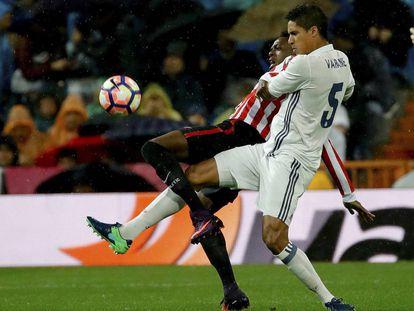 Varane pelea un balón con Williams el día del partido contra el Athletic.