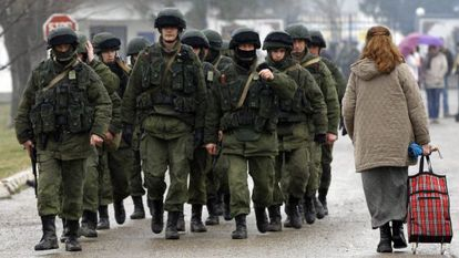 Hombres uniformados, supuestamente rusos, junto a una base militar en Perevalnoye, cerca de Simferópol, el viernes.