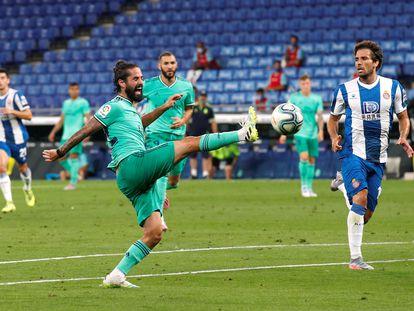 Isco trata de controlar un balón ante Cabrera este domingo en el partido entre el Espanyol y el Real Madrid en el RCDE Stadium.