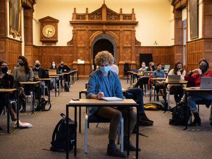 Estudiantes con mascarillas y distancia de seguridad en una clase en la Universidad de Oxford (Reino Unido).