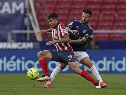 Correa controla el balón ante Rubén García durante el partido ante Osasuna en el Wanda el pasado domingo.