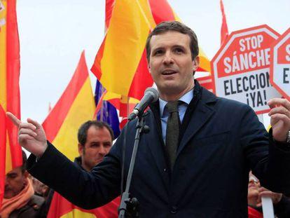 En foto, el presidente del PP, Pablo Casado, durante su intervención en la concentración convocada por el PP, Ciudadanos y Vox este domingo. En vídeo, declaraciones de los líderes del PP, Ciudadanos y Vox.