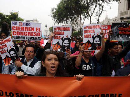 Protesta contra la destitución de Pedro Pablo Kuczynski el sábado en Lima.