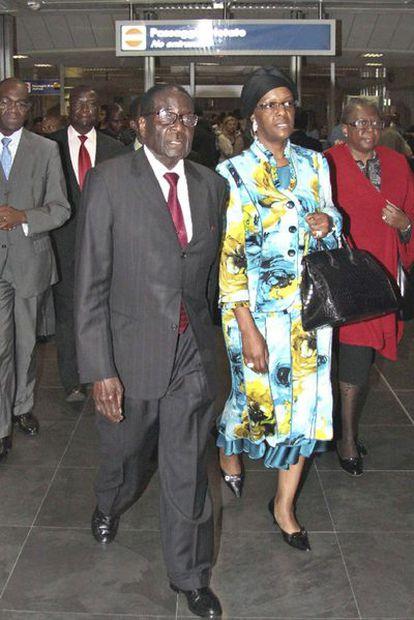 Robert Mugabe, y su mujer, Grace, en el aeropuerto de Fiumicino en Roma, donde han llegado para asistir mañana a la beatificación de Juan Pablo II. La Unión Europea nombró persona non grata al dictador de Zimbabue en 2002 y le prohibió pisar suelo comunitario.