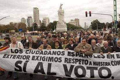 Emigrantes gallegos se manifiestan en Buenos Aires en mayo de 2010 contra la reforma del voto emigrante.