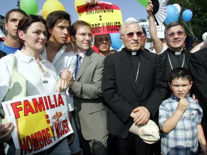 El cardenal Antonio María Rouco, con una gorra en la mano, en la manifestación contra la legalización de matrimonio homosexual apoyada por el PP en 2005.