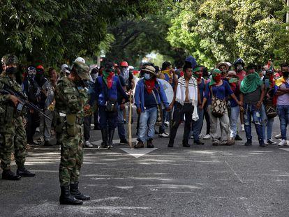 Soldados prestan seguridad en medio de una manifestación de indígenas en Cali.