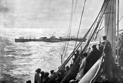 Un submarino alemán inspecciona el transatlántico español Infanta Isabel de Borbón frente a Cádiz en marzo de 1918.