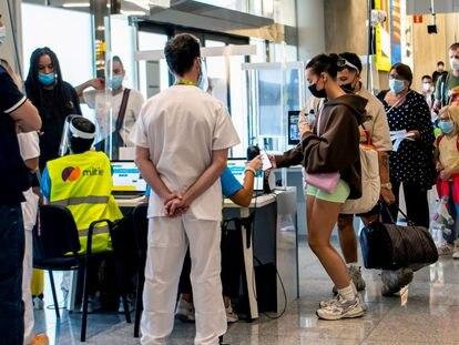 Pasajeros en los controles de llegada, este jueves en el aeropuerto de Palma de Mallorca.