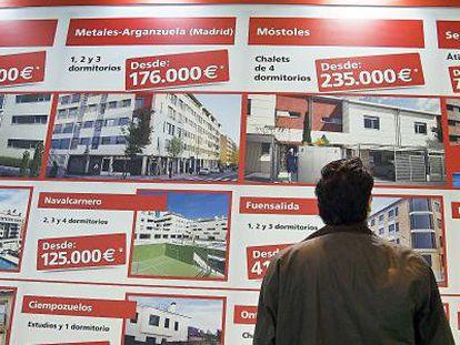 Expositor con ofertas inmobiliarias.