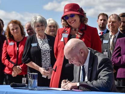 El gobernador republicano de Montana, Greg Gianforte, firma una ley de planificación familiar, el 26 de abril de 2021.