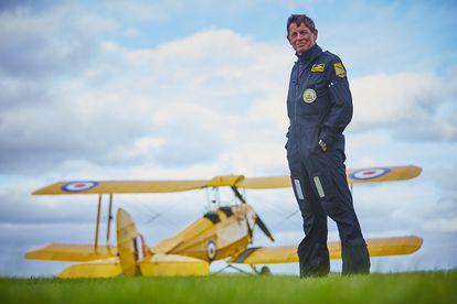 El expiloto de la RAF David Morgan posa junto a su avión en cercanías de donde vive en Shaftersbury, a 150 km de Londres.