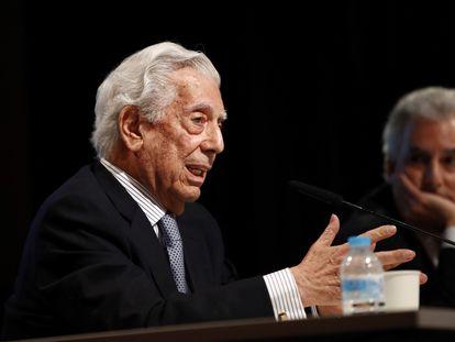 El escritor hispano-peruano Mario Vargas Llosa en el homenaje por los diez años de la concesión de su Premio Nobel de Literatura.