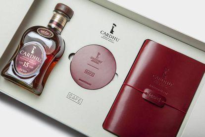 La elegante edición especial #MadetoLast, creada por Cardhu y Café Leather, incluye la botella de Cardhu 15 años, una libreta de piel y dos posavasos, realizados en piel. Precio: 74,50 €.