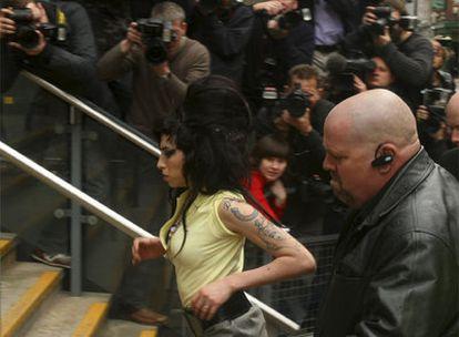 Amy Winehouse,  en el momento de llegar ayer a declarar.
