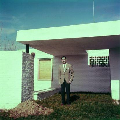 Julio Cano Lasso, en su casa de La Florida (Madrid), en 1961.