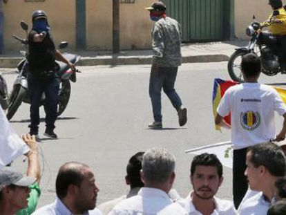 La UE y el Gobierno de España condenan el hostigamiento al líder de la oposición venezolana