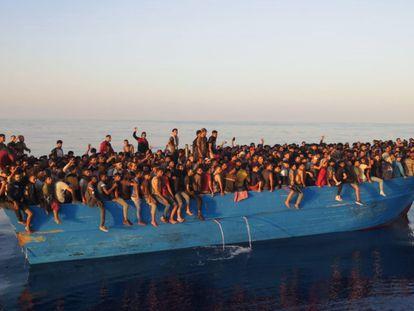 Más de 500 migrantes en una barcaza esperaban a ser rescatados este sábado frente a la isla de Lampedusa (Italia).