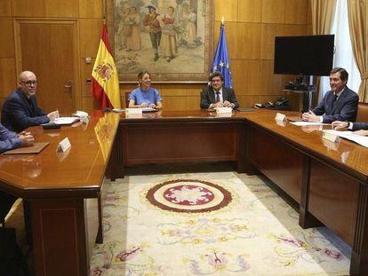La ministra de Trabajo, Yolanda Díaz, junto con el ministro de Inclusión, Seguridad Social y Migraciones, José Luis Escrivá, y los agentes sociales  MINISTERIO DE TRABAJO 25/06/2020