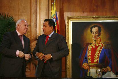 Miguel Ángel Moratinos y Hugo Chávez en Caracas, en julio de 2009.