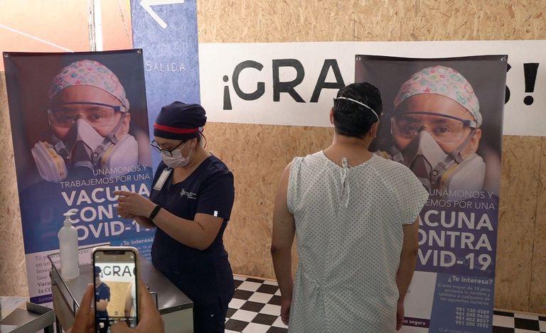 Un voluntario recibe una dosis experimental de una vacuna contra la covid el pasado viernes en Oxaca.  Las primeras dosis experimentales de la farmacéutica chino-canadiense CanSino Biologics llegaron este fin de semana al sur mexicano.