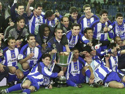 La plantilla del Deportivo se hace la foto con el trofeo de la Copa.