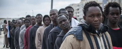 Un grupo de inmigrantes hace cola a la entrada del CIE de Melilla en marzo.