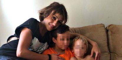 Juana Rivas, con sus hijos, en una foto difundida por la familia mientras permanecían ocultos.