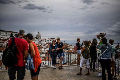 Turistas posan en  el barrio Alfama de Lisboa, el pasado 13 de septiembre.