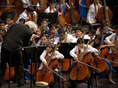 Simon Rattle durante el concierto de ayer en Salzburgo con los jóvenes de la Orquesta Sinfónica Nacional Infantil de Venezuela.