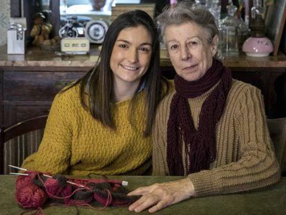 Paloma López, a la izquierda, voluntaria de la asociación Amics de la Gent Major, junto a Soledad Pérez.
