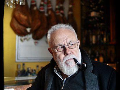 Gonzalo Suárez, en La Taberna de Cascajares, uno de sus lugares favoritos para el aperitivo.