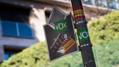 Pegatinas de Vox en un parquímetro del barrio de Tres Torres, en Barcelona.