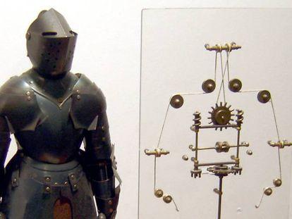 Una reproducción del robot de Leonardo con parte de su interior a la vista.