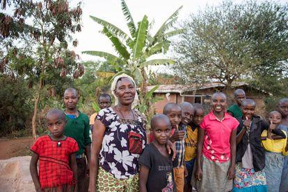 Anna Musymi, un de las cien abuelas de Nyumbani, con los huérfanos de los que cuida en la aldea.