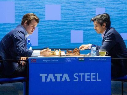Un momento de la apertura entre Carlsen y Harikrishna en su partida de hoy