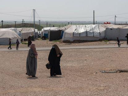 Dos españolas en el campo de Al Roj, el mismo en el que vivían las mujeres repatriadas este miércoles por Alemania y Dinamarca.