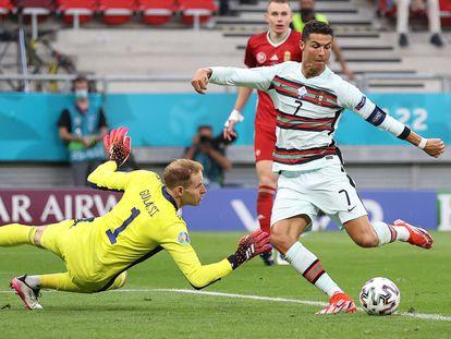 Cristiano Ronaldo supera al portero Gulacsi en la acción del tercer gol de Portugal