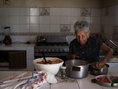 María del Refugio Ruiz Félix, una de las madres rastreadoras, cocina para el recetario.