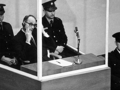 Adolf Eichmann, ante el tribunal, en diciembre de 1961.