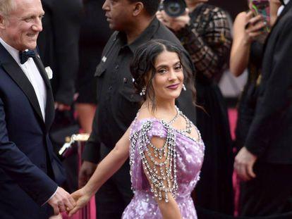 Salma Hayek, con su marido, llegando a la 90º gala de los Oscar.
